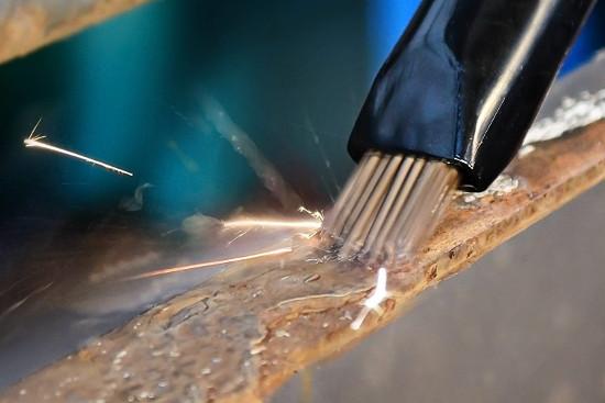 Druckluft Nadelentroster beim Bearbeiten von Metall