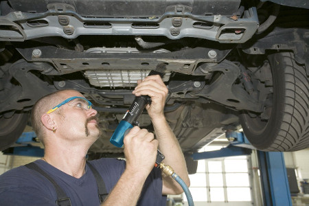 Hazet Druckluftentroster, auch Druckluftnadler genannt, beim Entrosten eine Autos