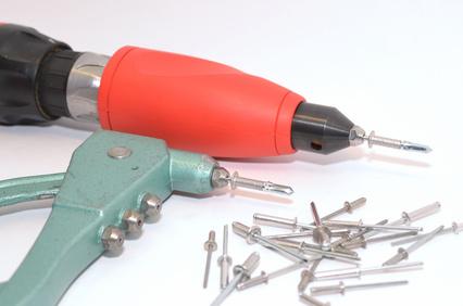 Nietgerät bzw. Nietaufsatz für Akkuschrauber